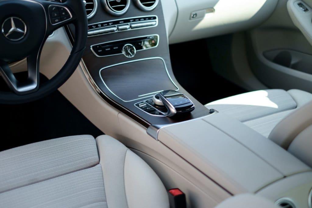 porzadek wewnatrz samochodu 1024x683 - Jak zadbać o porządek wewnątrz samochodu